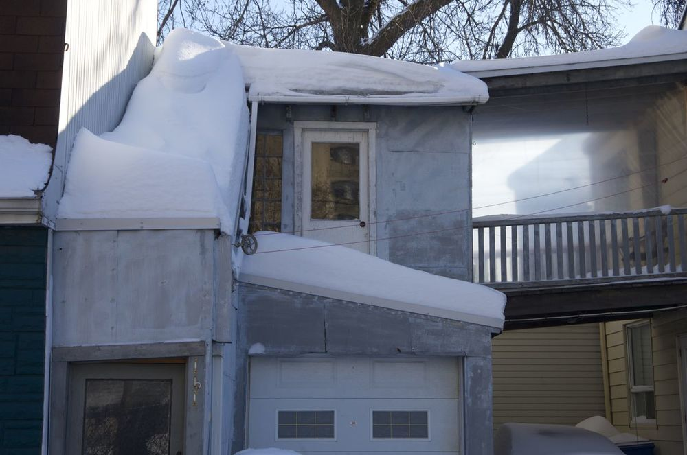 commenter >  Rue Christophe-Colomb (garage et hangar sous la neige)  < comment