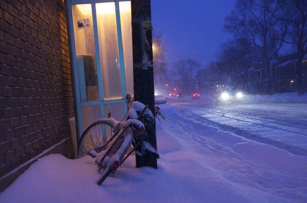 commenter >  Boulevard St-Michel (vélo à la lumière d'une cabine téléphonique)  < comment