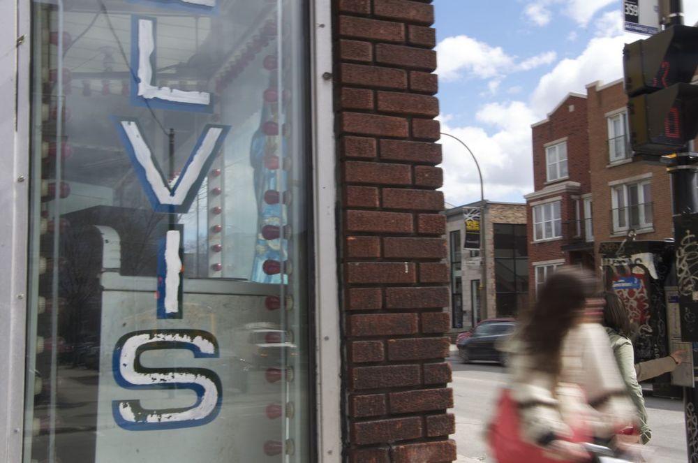 commenter >  Rue Marie-Anne et Papineau (Elvis)  < comment