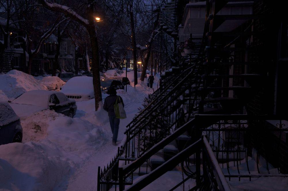 commenter >  10e Avenue (sous la neige et dans la nuit)  < comment