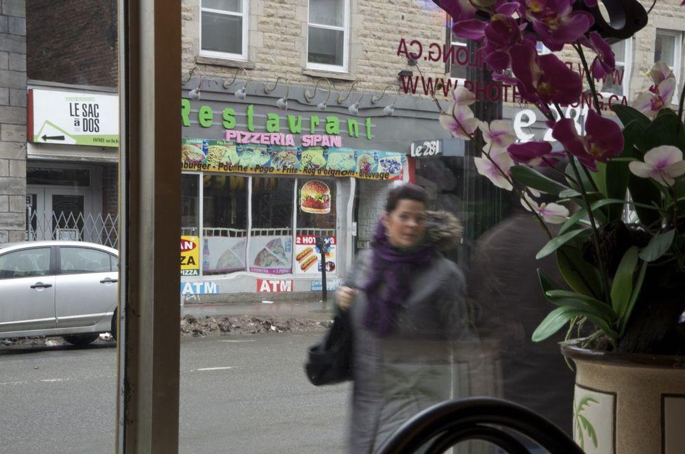 commenter >  Rue Ste-Catherine (orchidées à la fenêtre d'un restaurant)  < comment