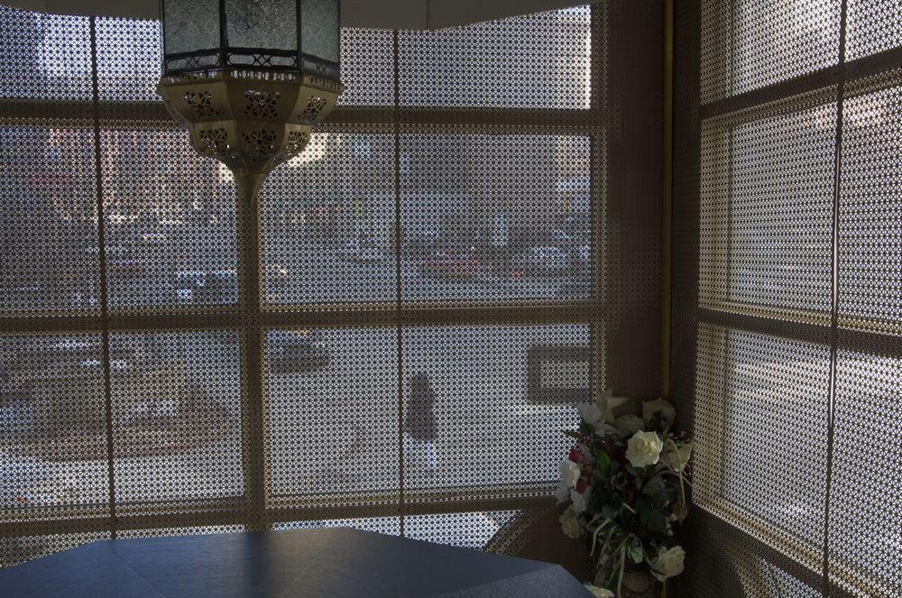 commenter > Rue Guy (des fenêtres d'un restaurant) < comment