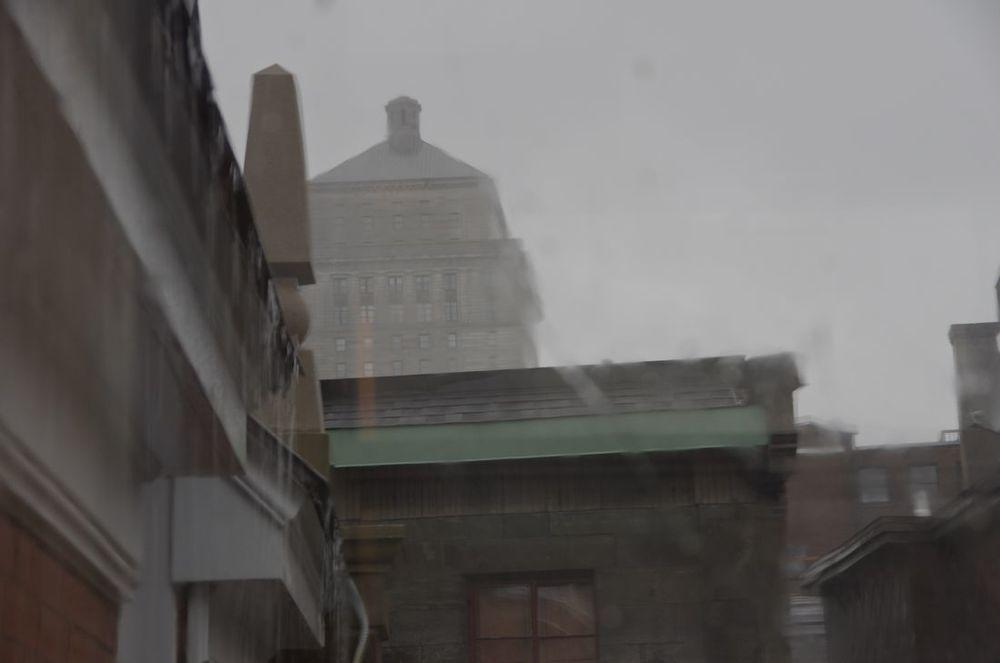 Vieux Montréal (lignes de toîts avec pluie)