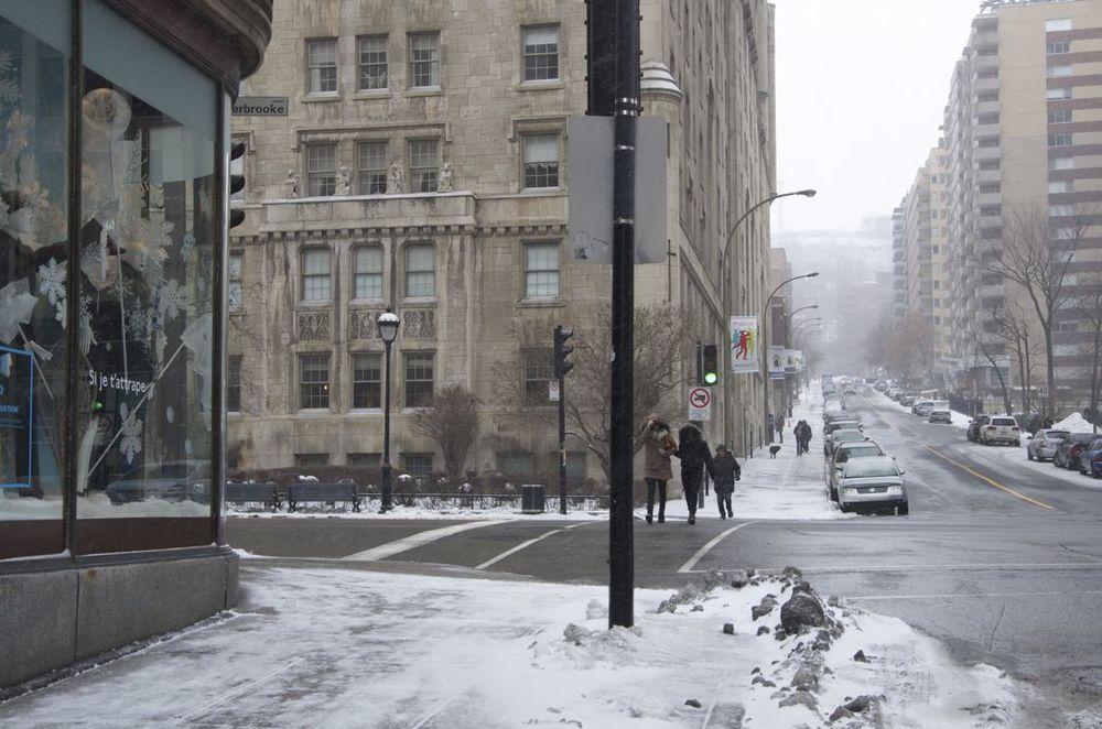 commentez >  Rues De la Montagne et Sherbrooke (samedi matin, au froid)  < comment