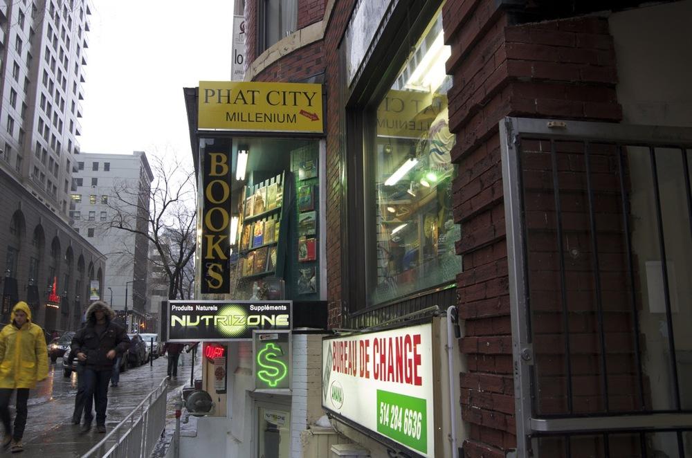 Annonces et vitrines, rue Stanley