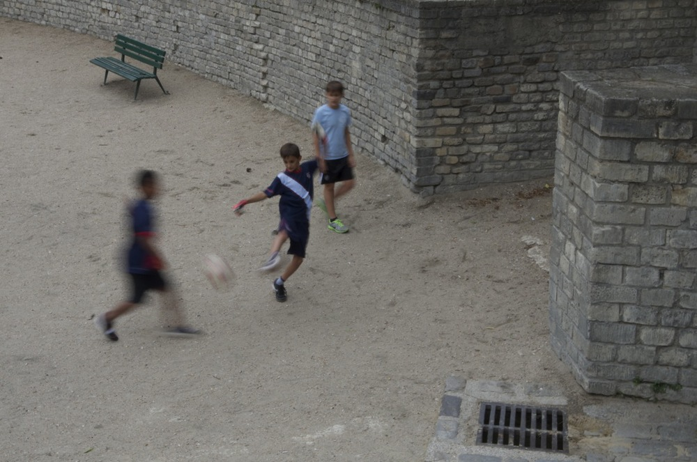 Gamins jouant au ballon aux arènes de Lutèce
