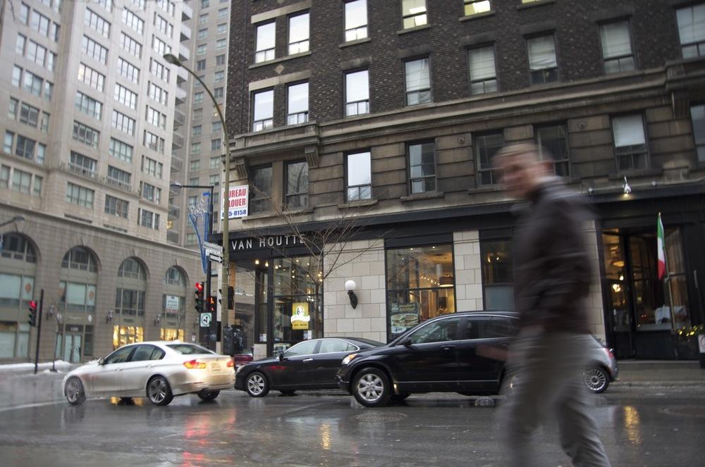 Piéton, immeubles et pluie, rue Stanley