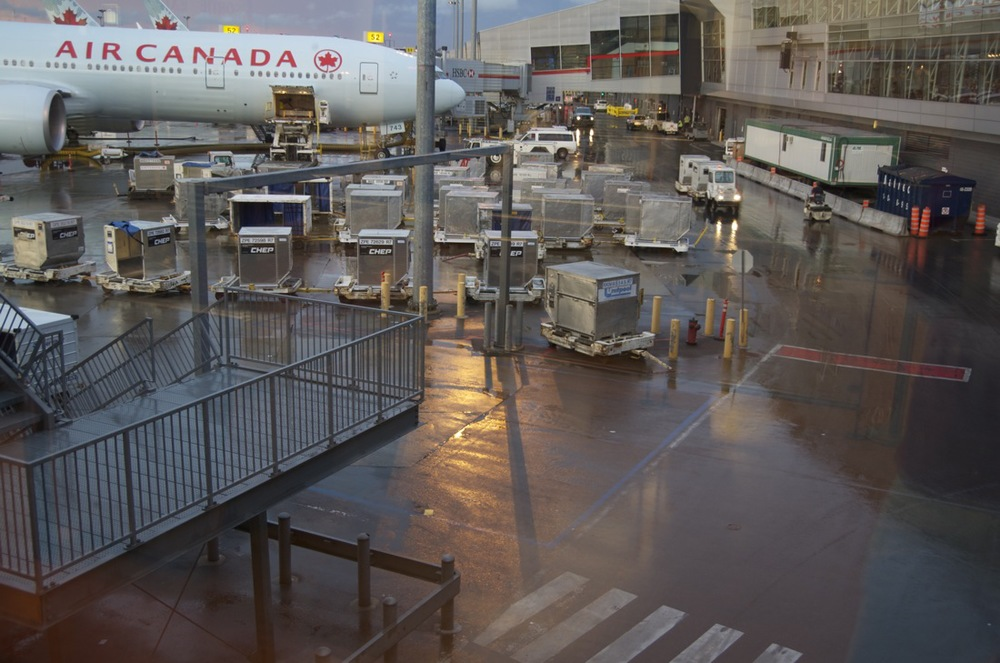 Aéroport Pierre-Elliott-Trudeau, avec pluie