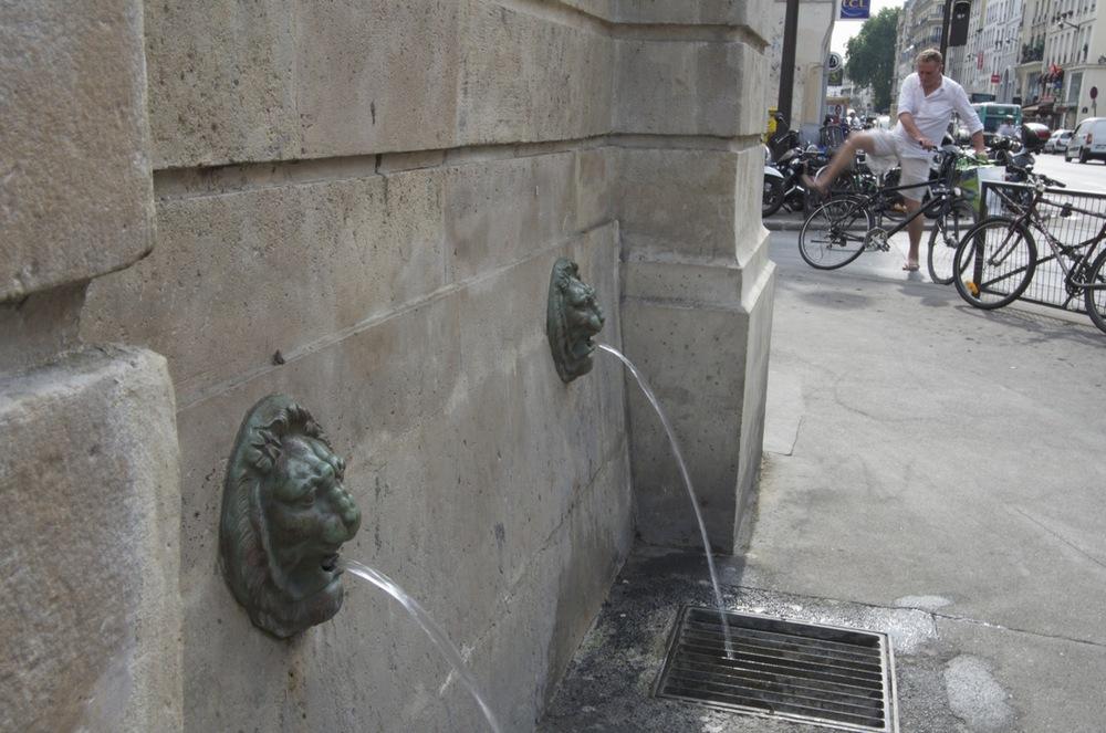 À la fontaine de Charonne, rue du Faubourg St-Antoine