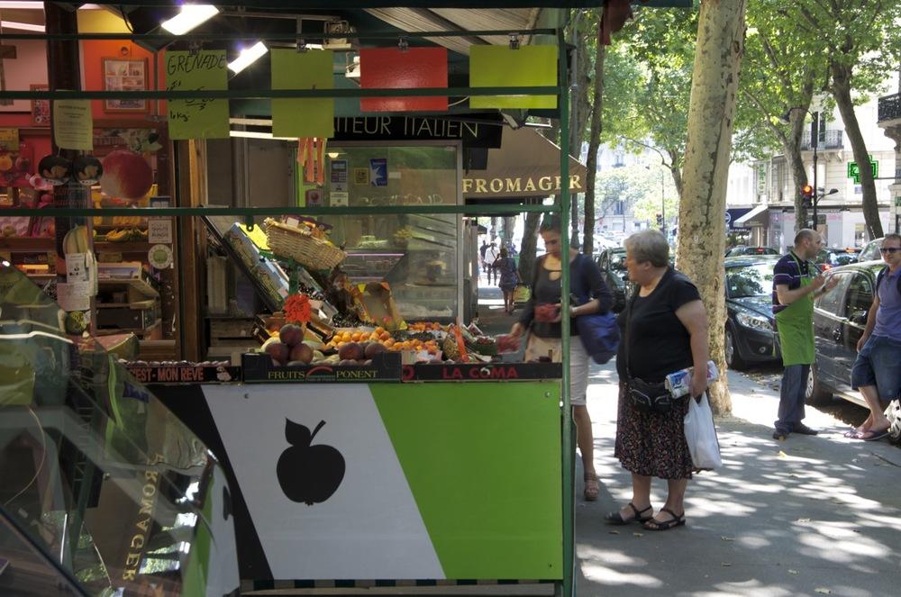 Femmes à un comptoir de fruits, rue des Pyrénées