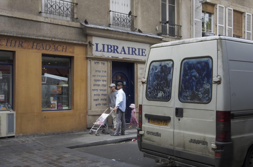 Devant la librairie, rue des Hospitalières-St-Gervais