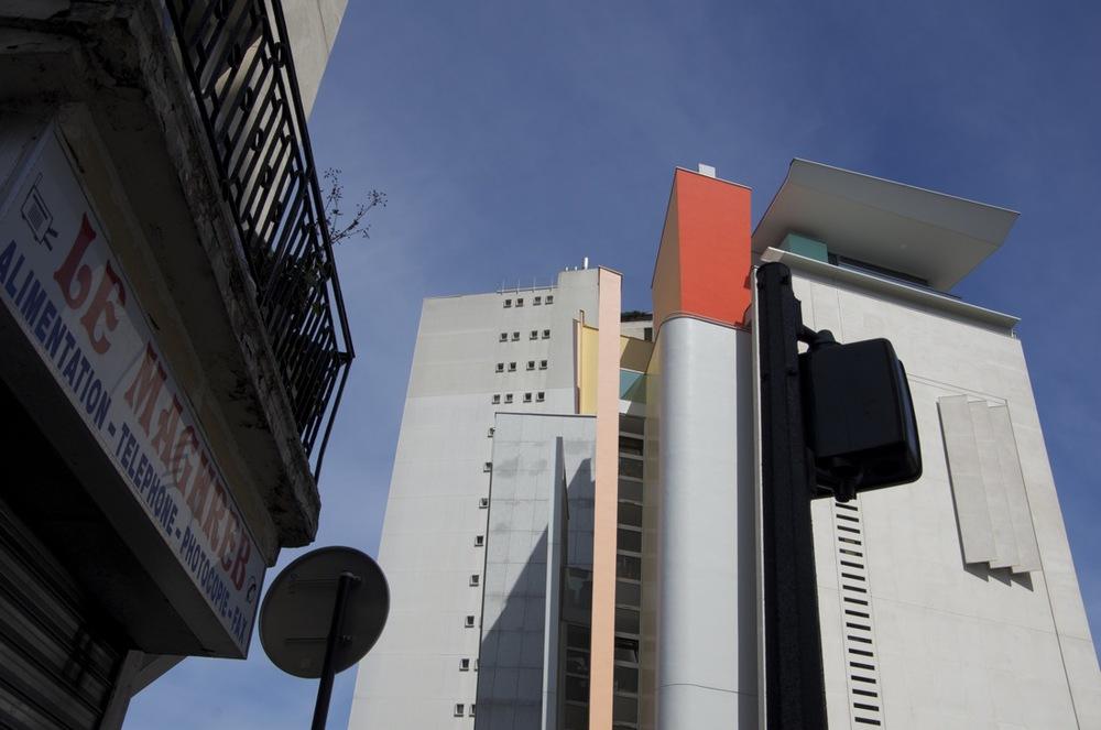 Enseigne, affiches et immeubles, rue de la Duée, 1 de2