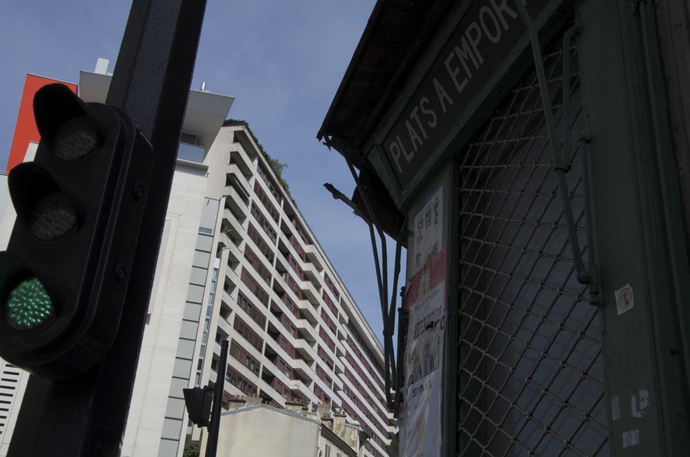 Enseigne, affiches et immeubles, rue de la Duée, 2 de2