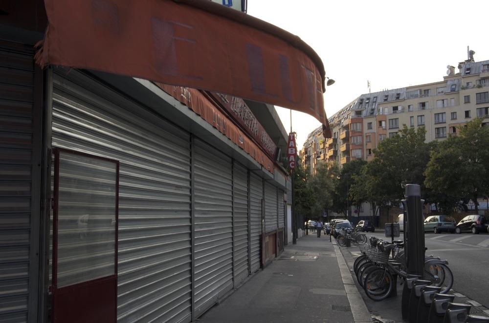 Auvent d'un café-bar fermé, rue des Écluses