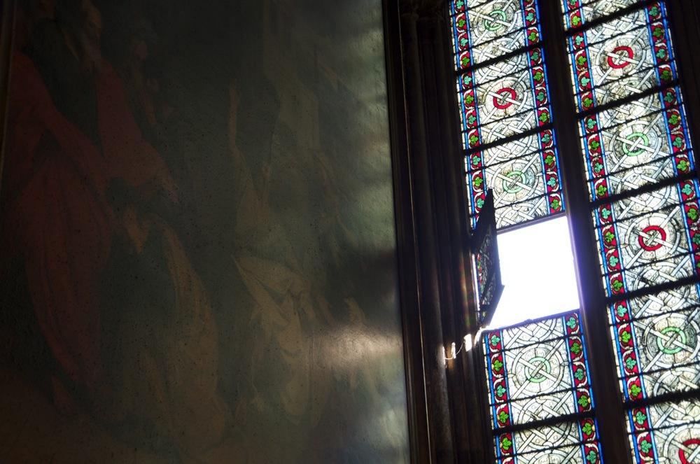 Vitrail ouvert sur un tableau, Notre-Dame de Paris