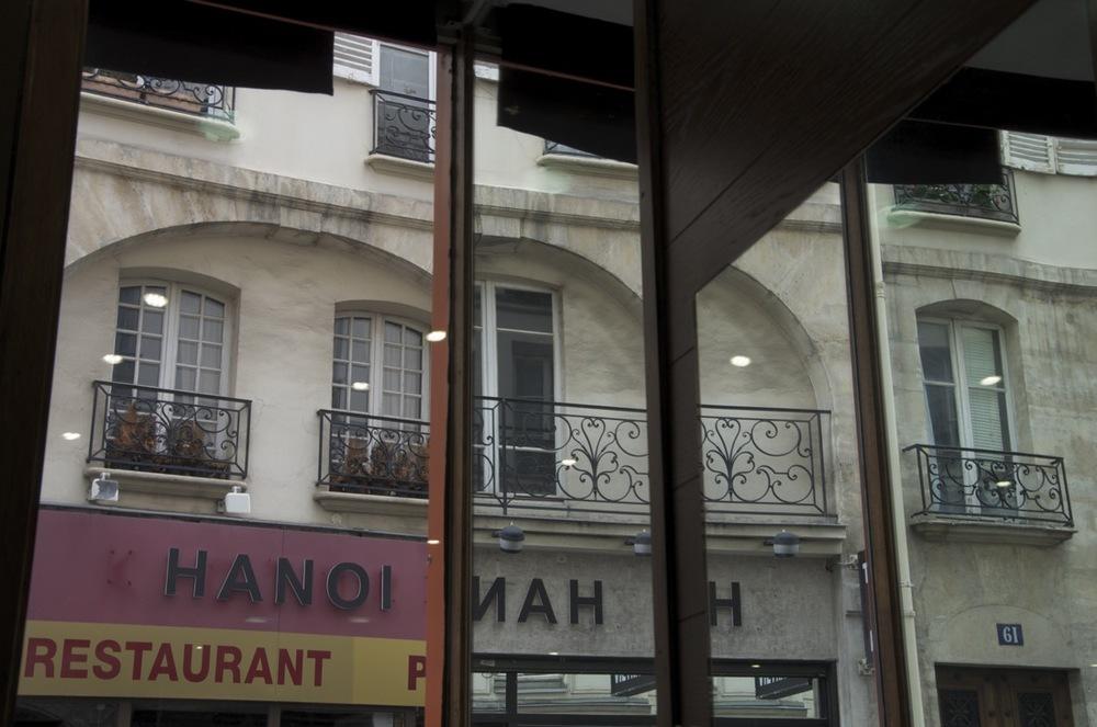 Fenêtre ouverte et miroir, rue Monsieur-le-Prince
