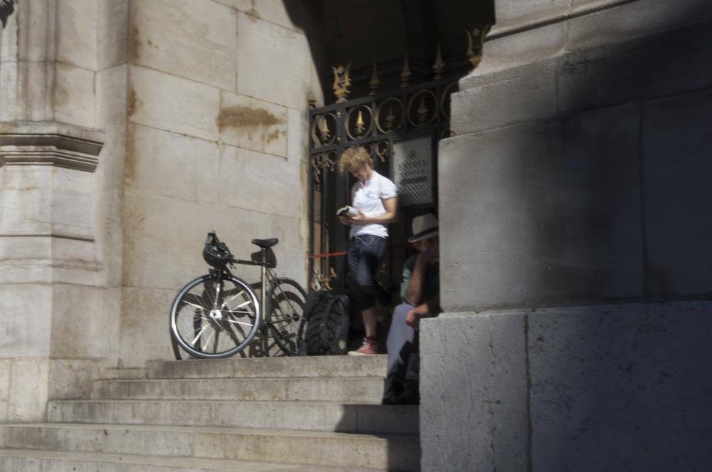 Garçon et vélo aux marches du palais Garnier