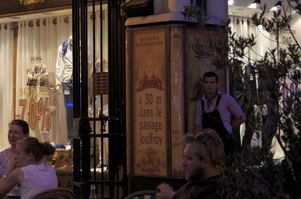 Garçon de café dans la pénombre du passage Jouffroy, boulevard Montmartre