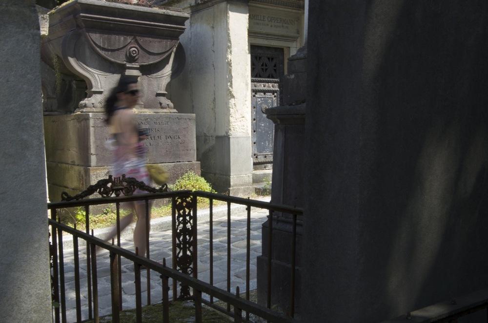 Femme avec verres fumés, cimetière du Père-Lachaise