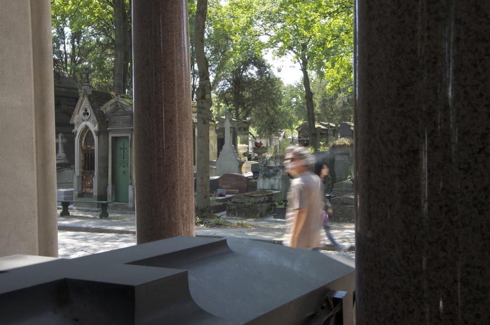 Homme fumant, cimetière du Père-Lachaise