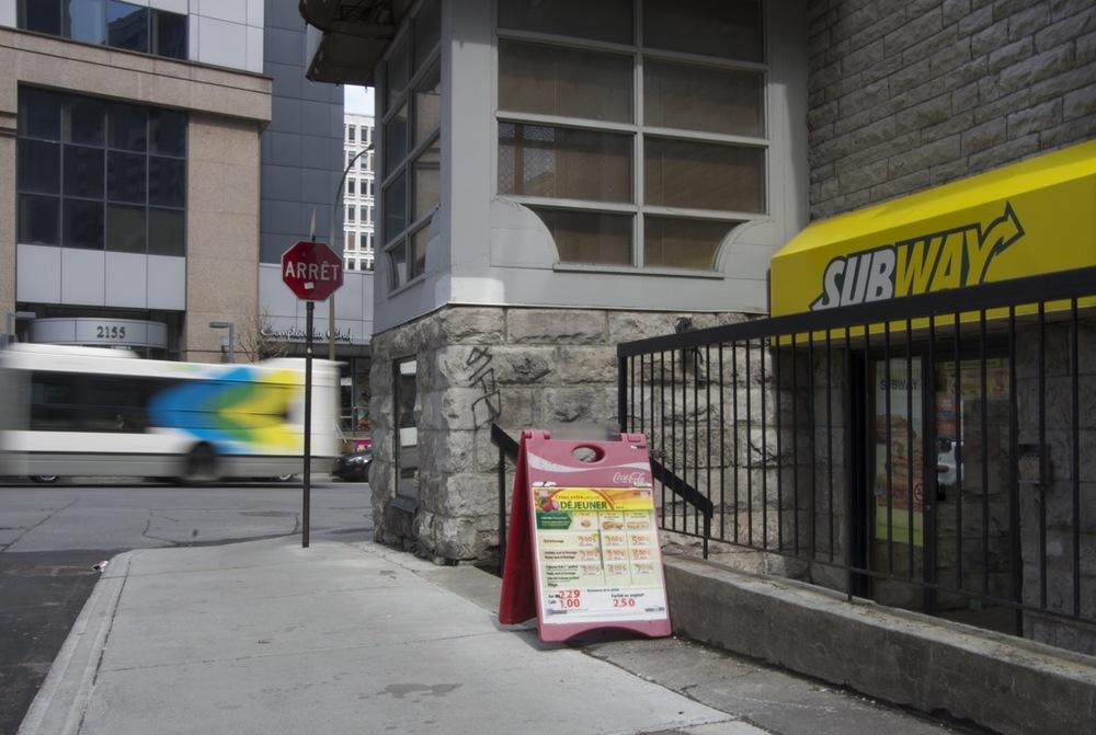 Au passage d'un autobus, rue Guy