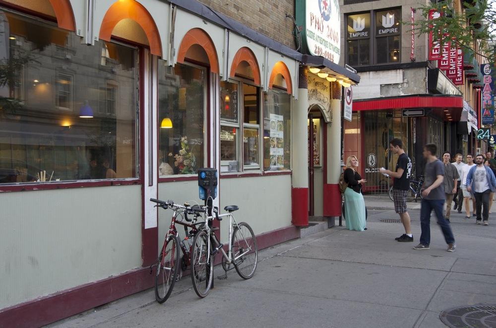 Devant un restaurant vietnamien, rue Ste-Catherine Est