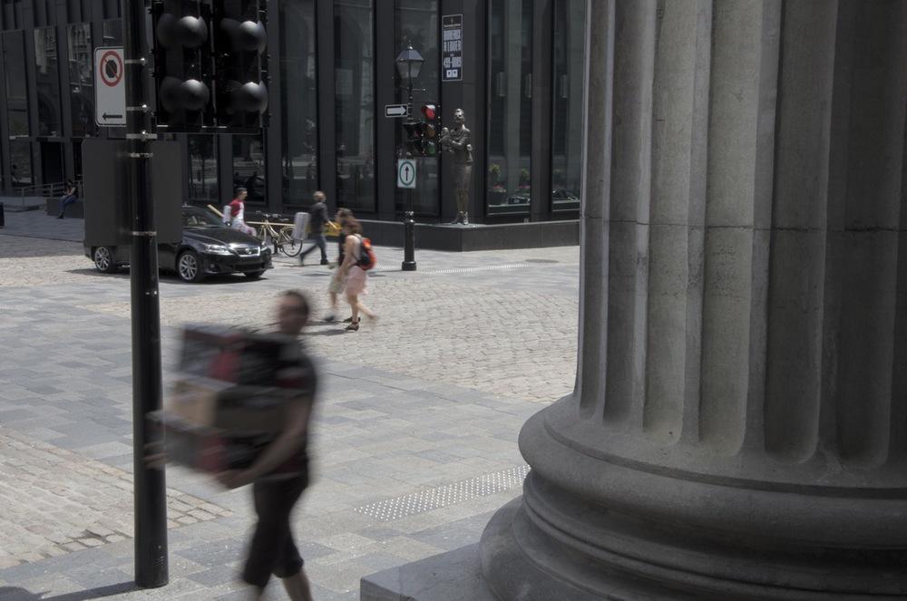 Entre les colonnes de la Banque de Montréal, Place d'Armes, 2/4