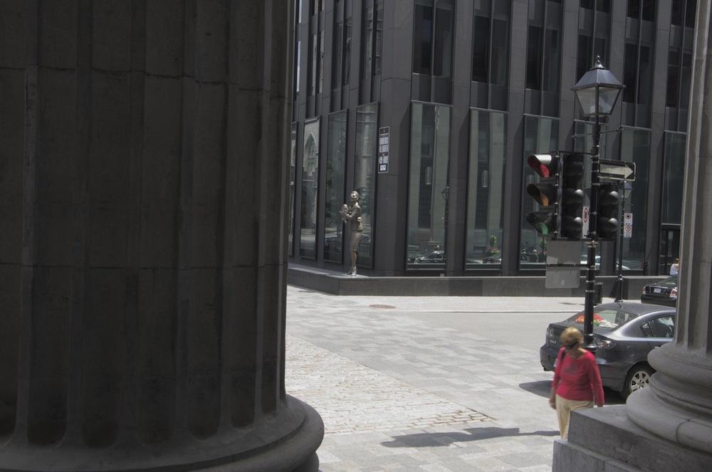 Entre les colonnes de la Banque de Montréal, Place d'Armes, 3/4