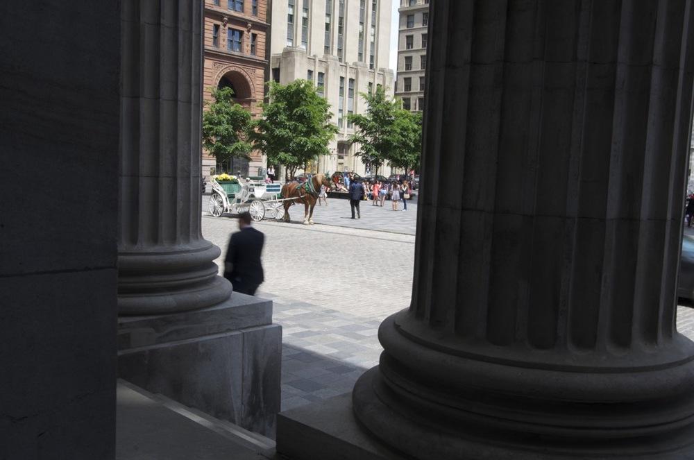 Entre les colonnes de la Banque de Montréal, Place d'Armes, 4/4
