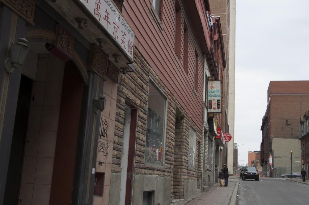 Devant une boutique orientale, rue Clark