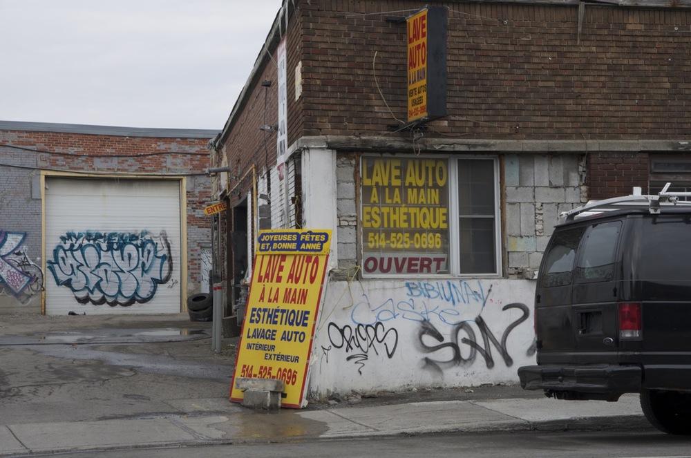 L'entrée d'un lave-auto, rue d'Iberville