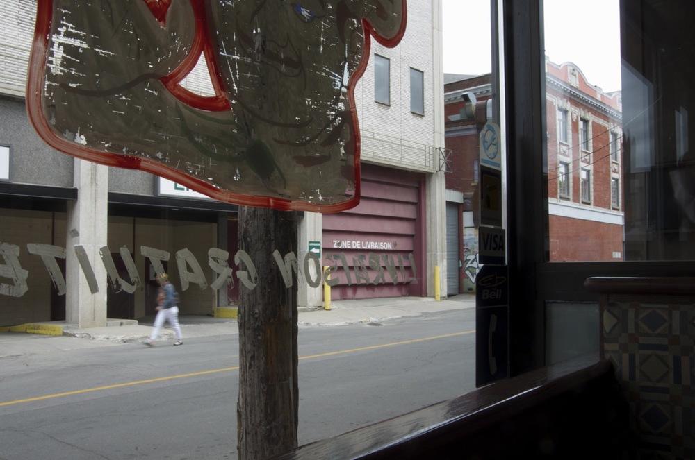 De la fenêtre d'un restaurant, rue St-Antoine