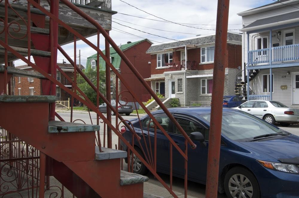 Contre un escalier, rue Bureau