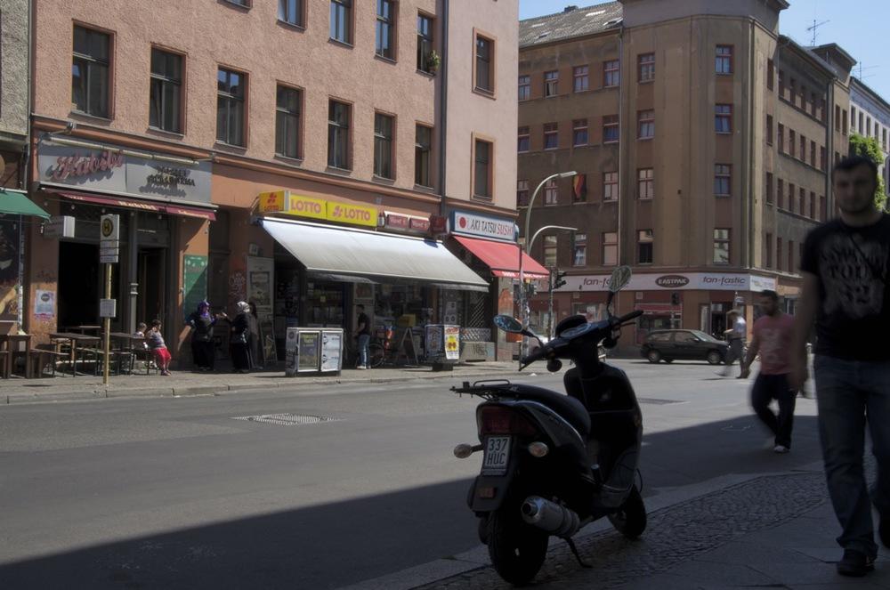 Motorroller im Gegenlicht, Oranienstraße