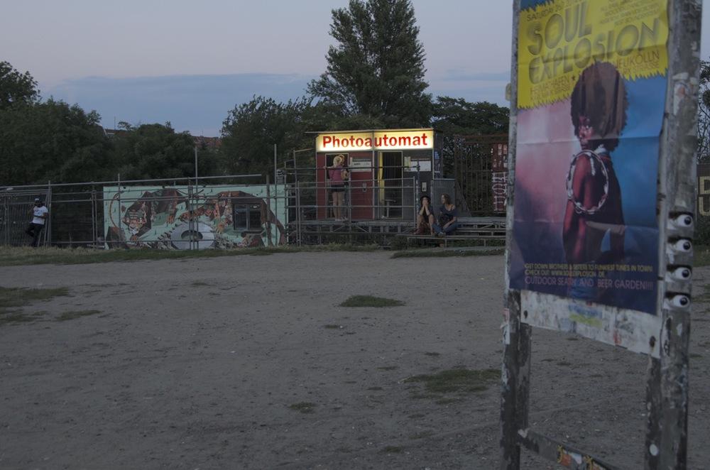 Reklametafel und photoautomat, Warschauerstraße