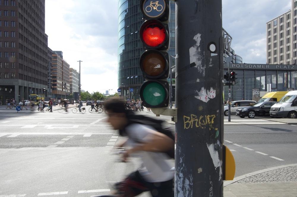 Radfharer und Verkehrsampel, Leipziger Plätz, 2/2