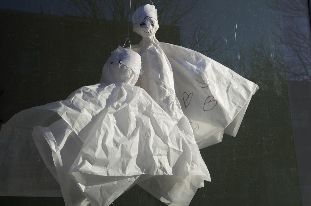 Deux petits fantômes (derrière une fenêtre), rue Bélanger
