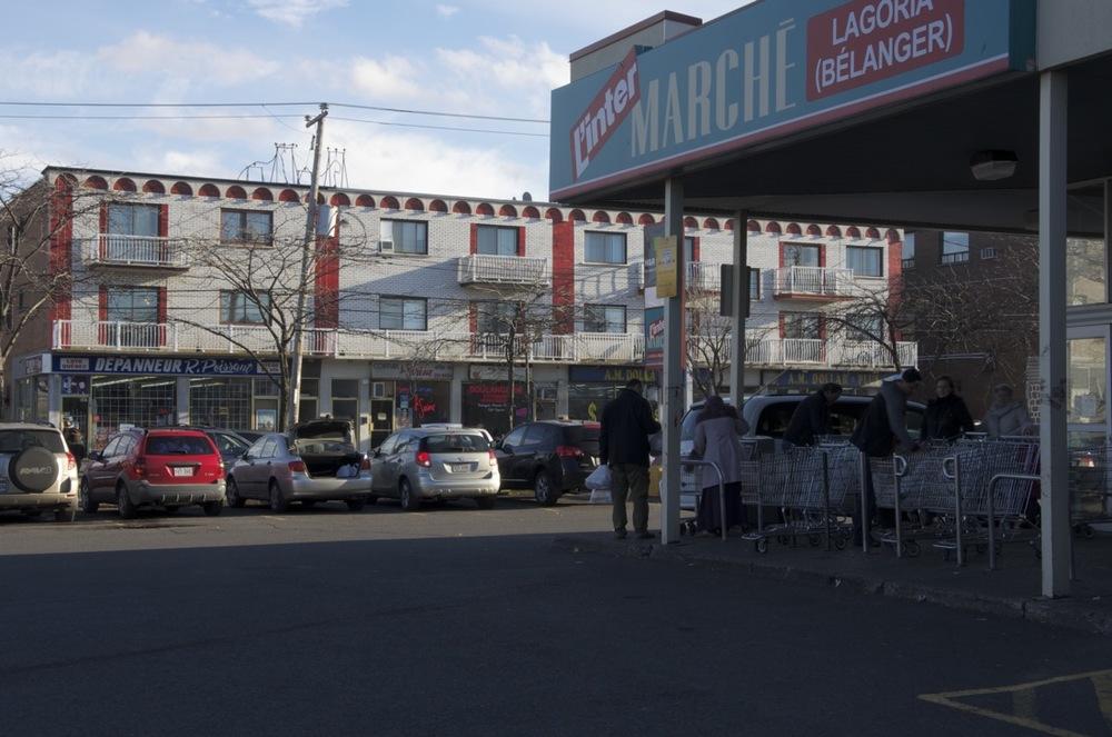 Depuis un stationnement commercial, rue Bélanger Est
