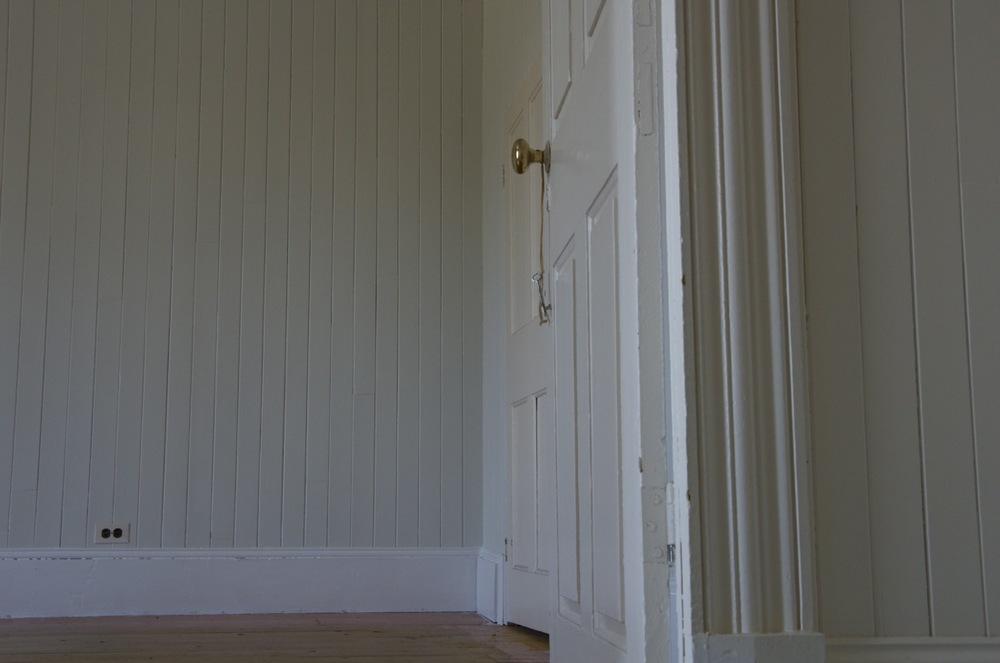 Porte ouverte sur une chambre