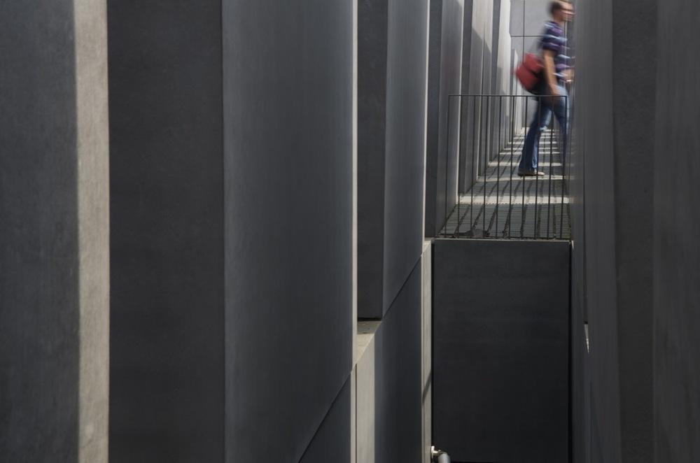 Zwischen die Grabsteinen, Denkmal für die ermordeten Juden Europas