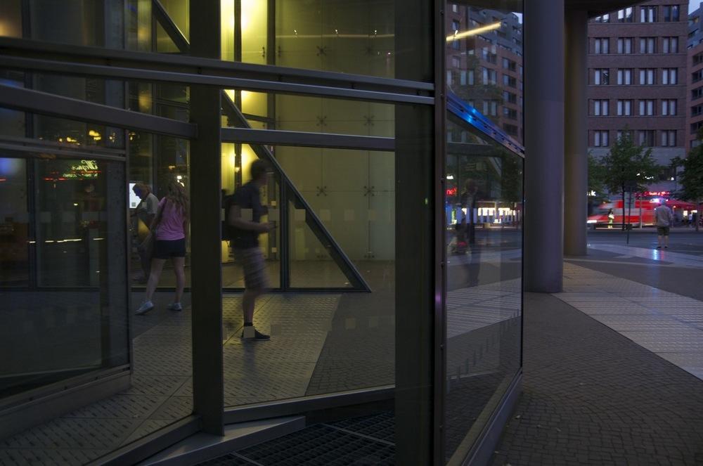 Glaswand in der Dämmerung, Potsdamer Platz, 3/3