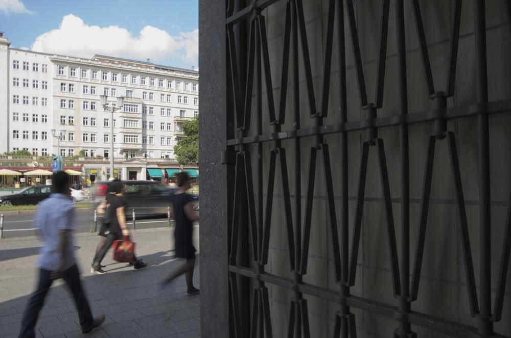 Über von den Hochhausen, Karl-Marx-Allee