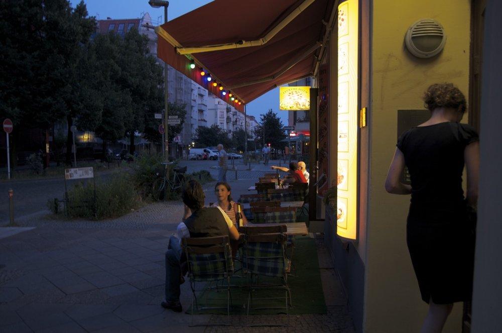 Frau in einem Eingang, Samariterstraße