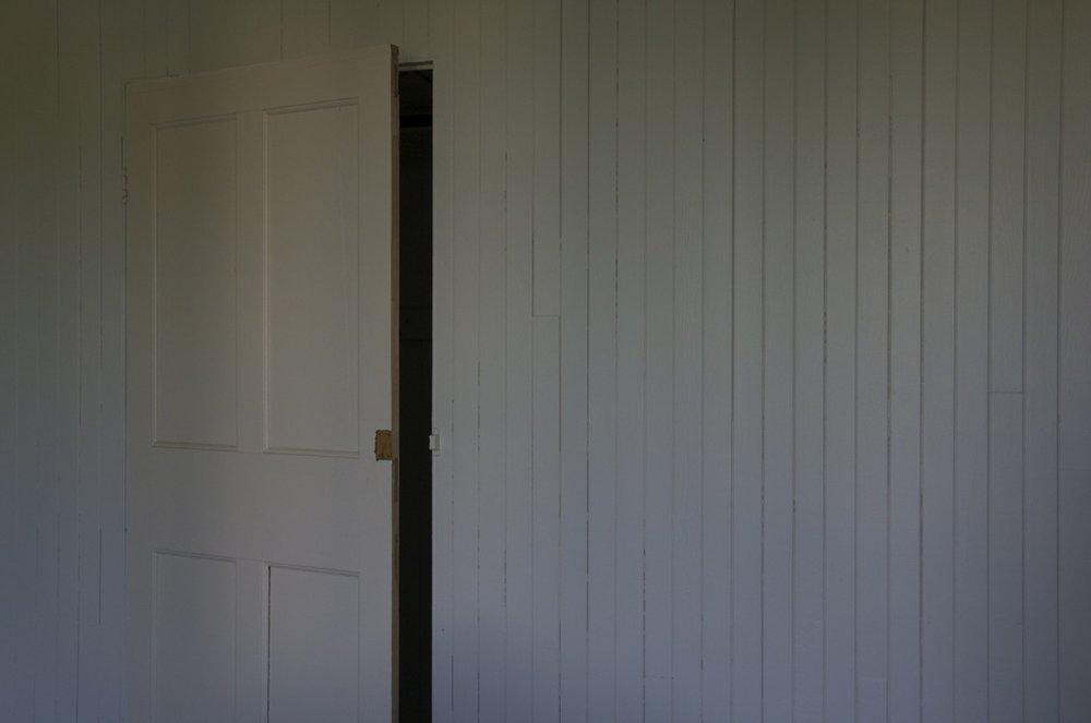 Intérieur avec porte entrebaillée