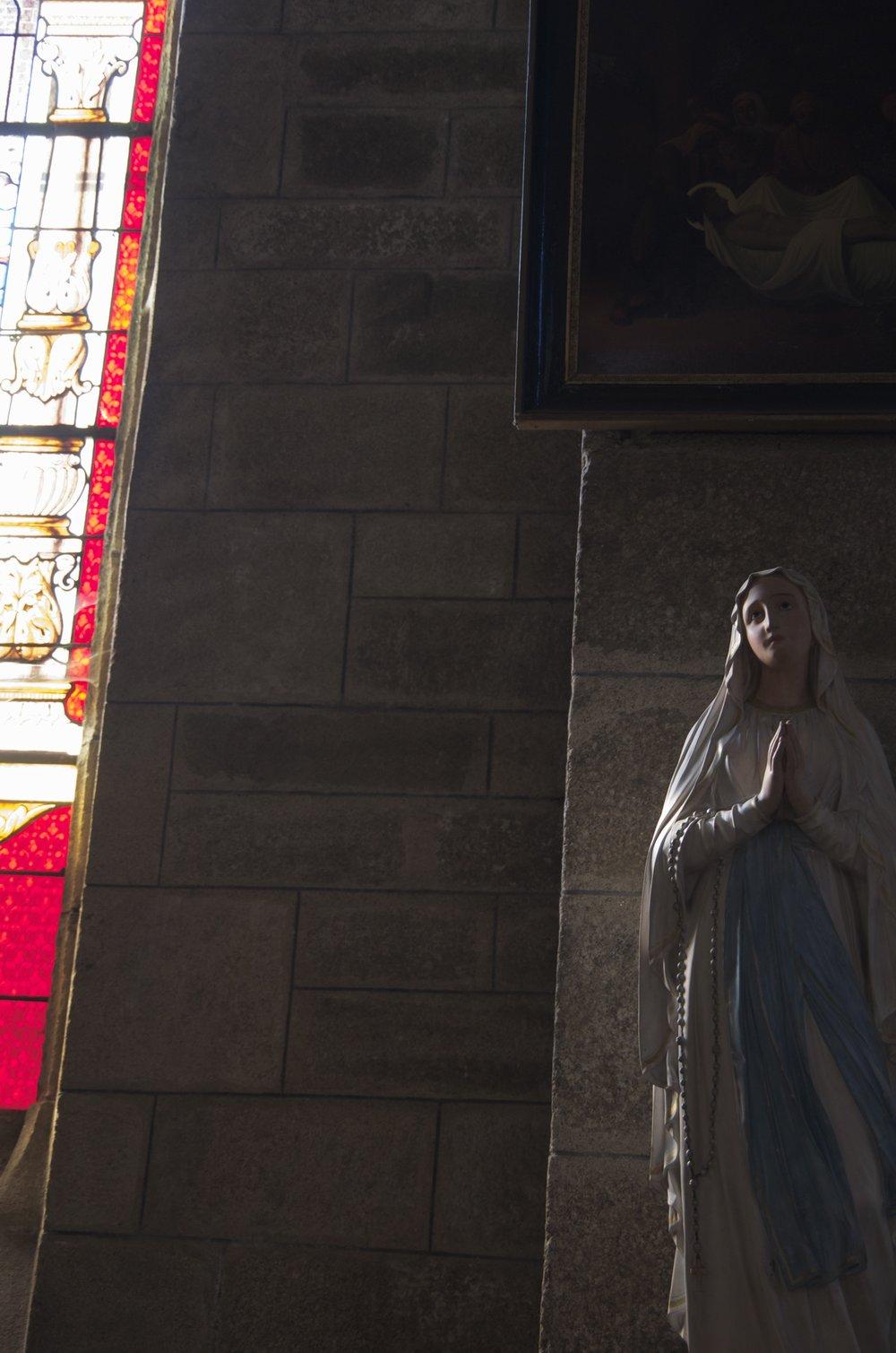 Vierge près de la fenêtre, église St-Mathurin, Moncontour