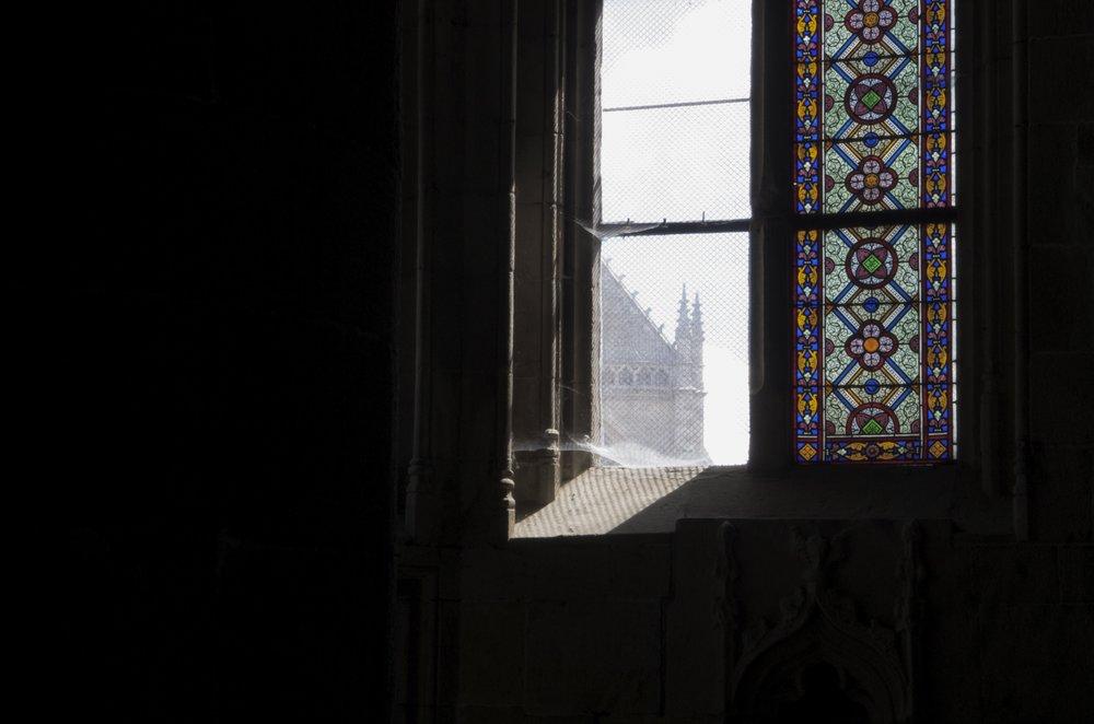 Fenêtre et vitrail, église St-Malo, Dinan