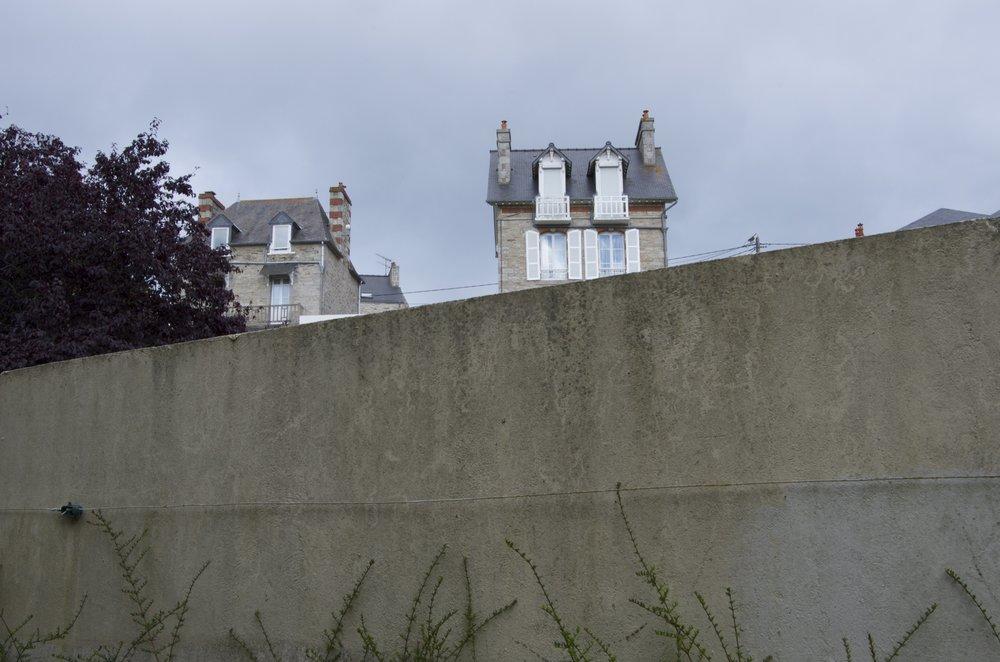Maisons derrière un muret, allée des Genêts, St-Cast-le-Guildo