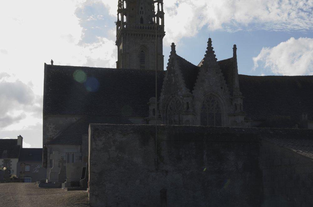 Derrière l'église St-Pierre, Guiclan