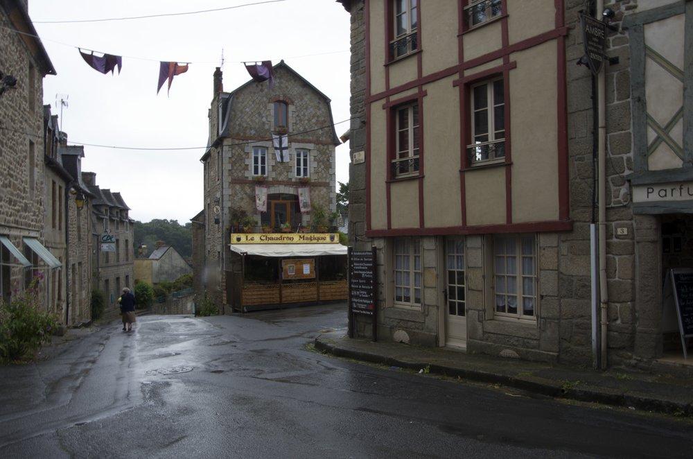 Hôtel, depuis la rue St-Jean, Moncontour