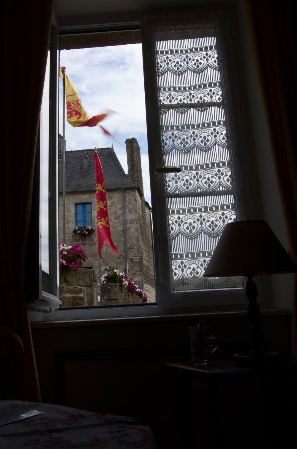 Dehors, par la fenêtre, rue des Dames, Moncontour
